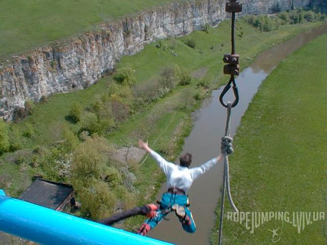 Анатолий Копча прыгает банджи-джампинг