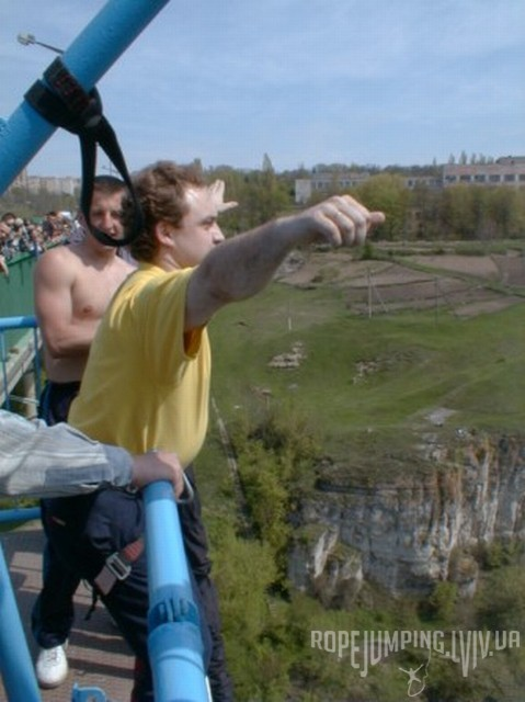 Олег Скоропад прыгает банджи-джампинг