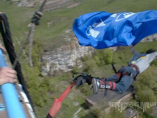 Андрей Кулик прыгает банджи-джампинг с флагом банка Аваль