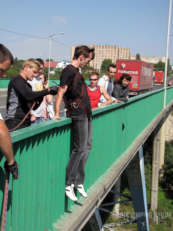 Підготовка до стрибка з моста
