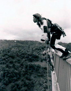Ден Осман стрибає з моста