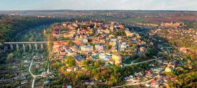 Новопланівський міст  поряд із старою частиною Кам'янець-Подільська з висоти пташиного польоту